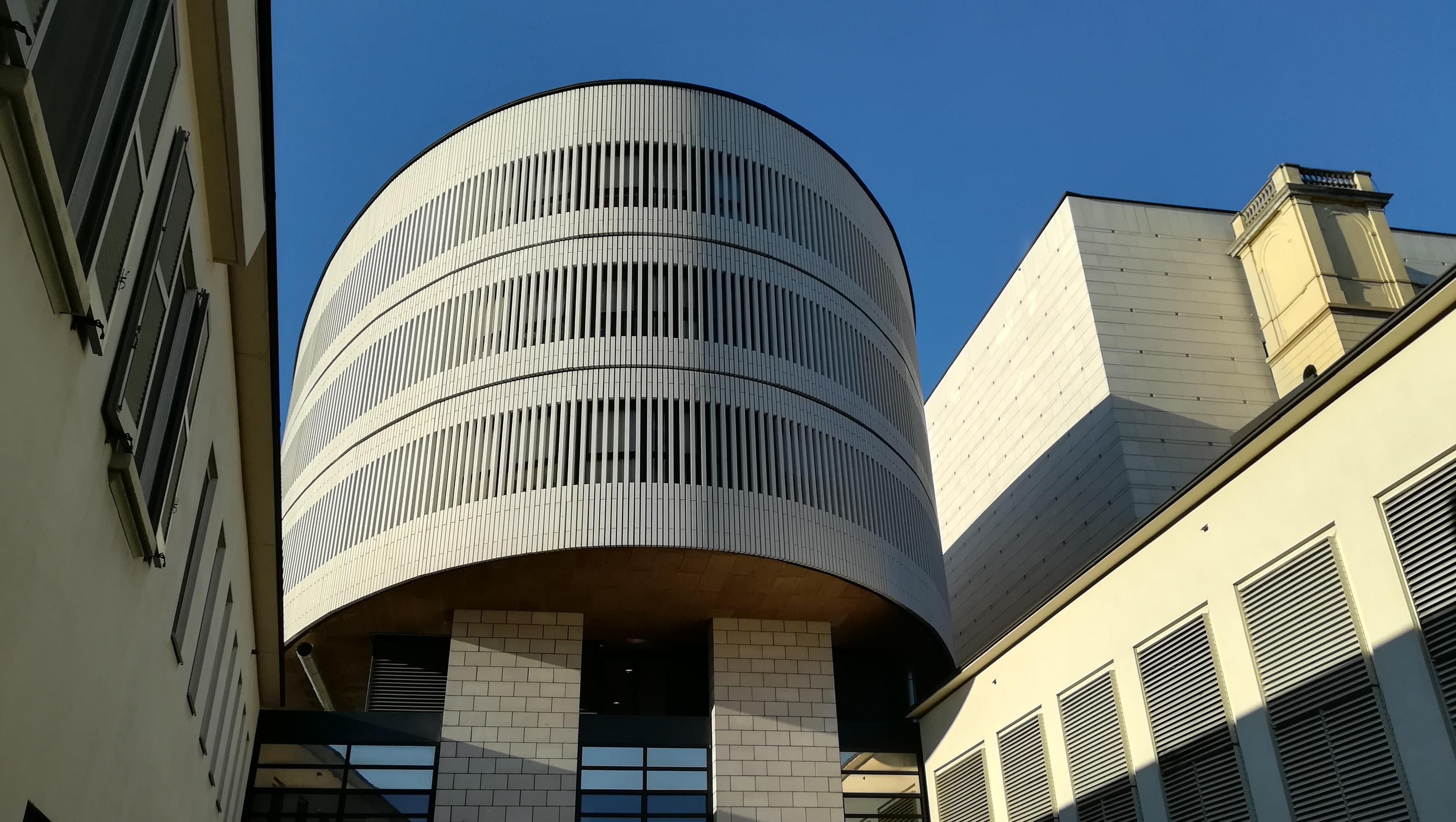 La torre ellittica progettata da Mario Botta nel 2002 ora sede di uffici e camerini degli artisti.