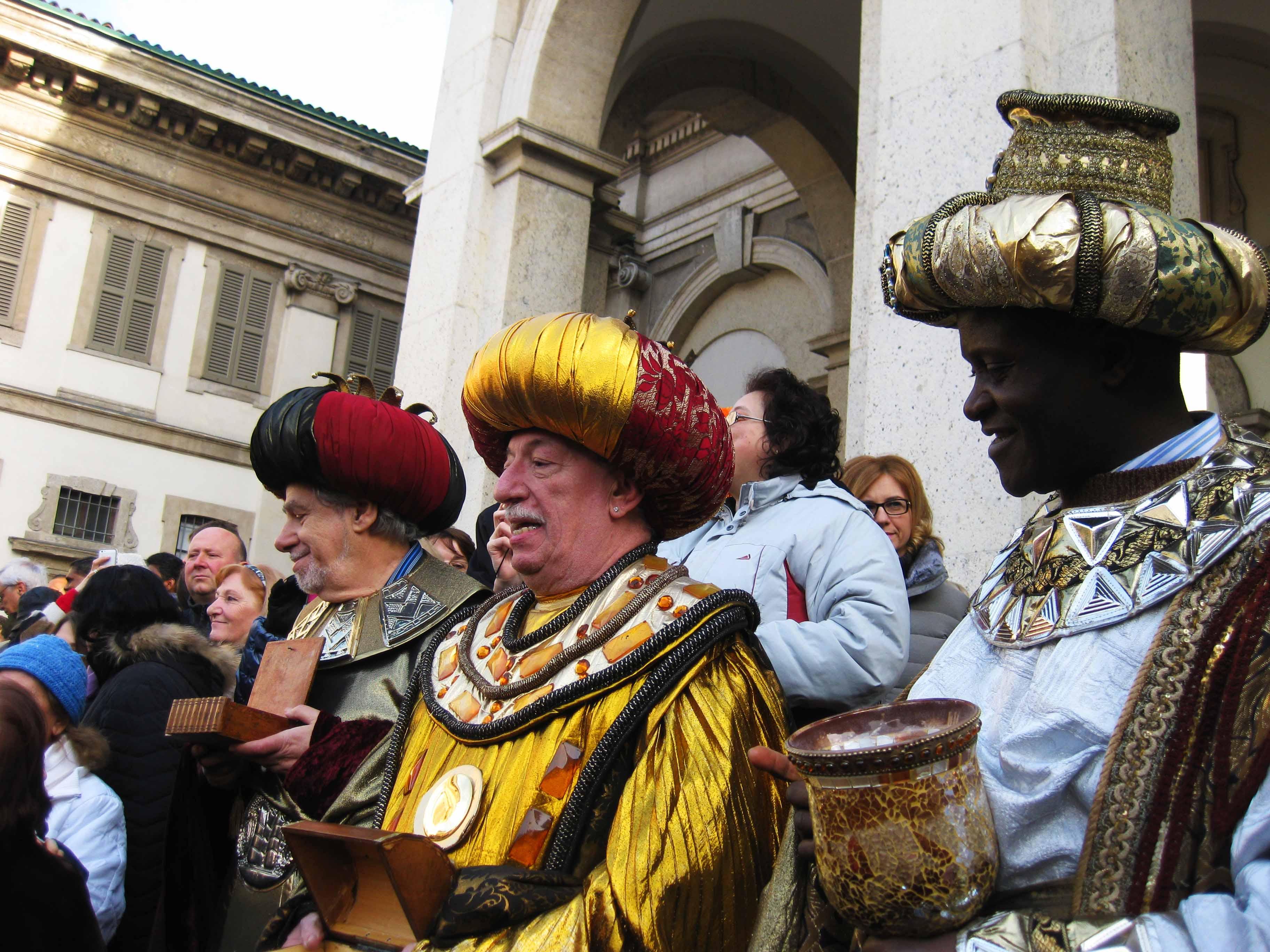 Processione dei Re Magi a Milano dal Duomo a Sant'Eustorgio. Femata davanti a Basilica di  San Lorenzo. I Magi Incontrano Erode.