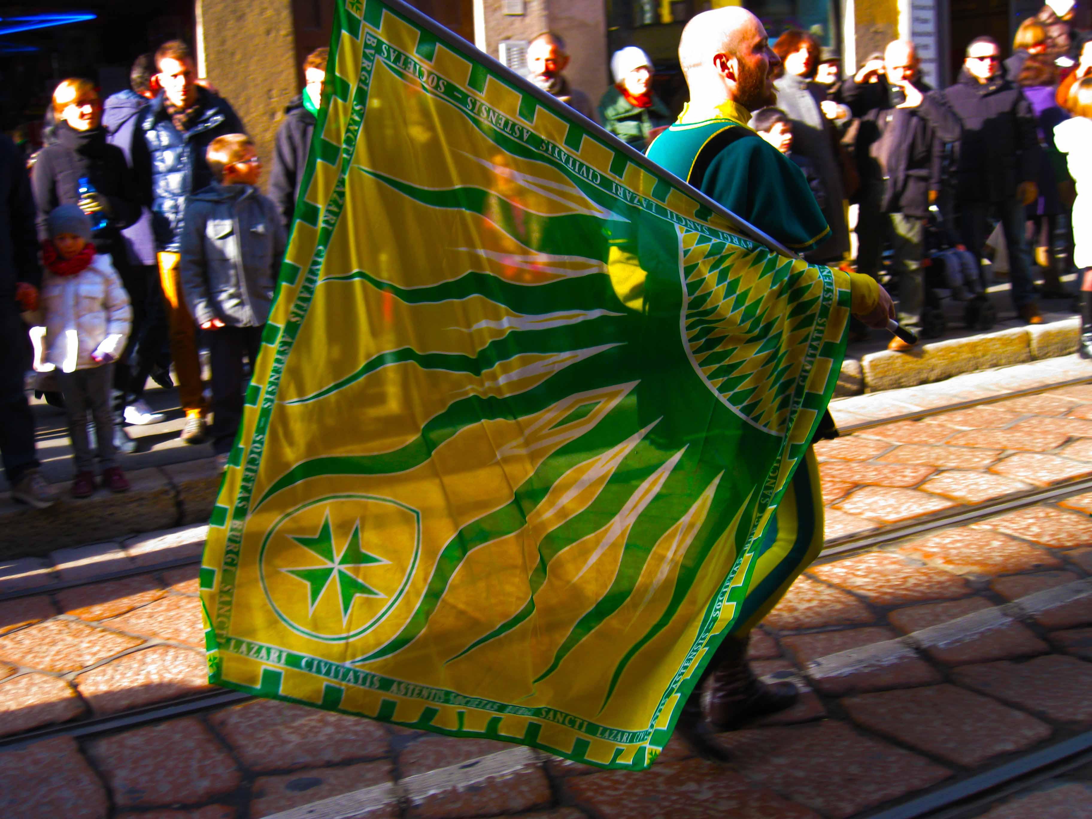 Sbandieratori durante il corteo dei Re Magi a Milano, il 6 gennaio.