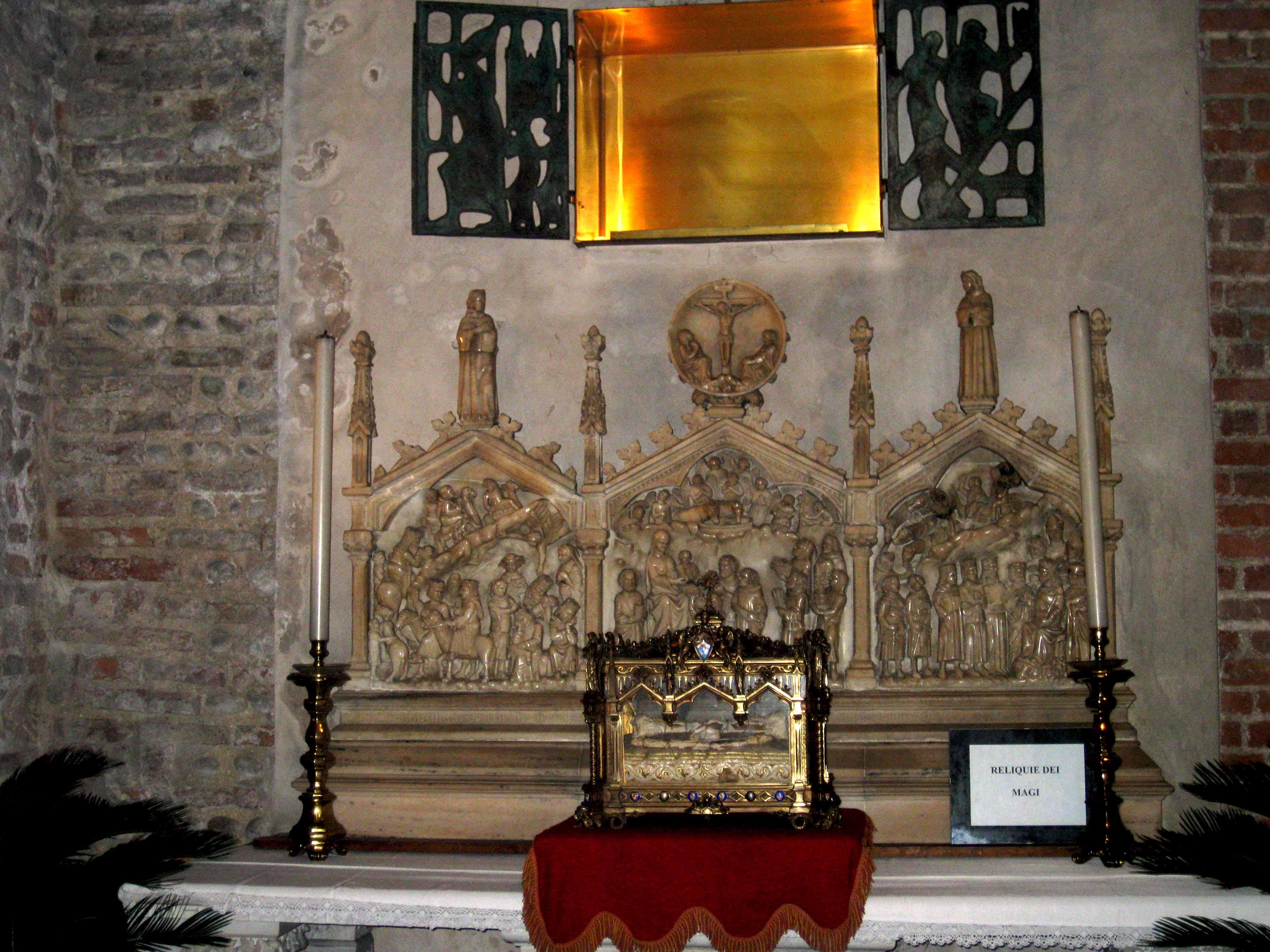 Teca contenente le Reliquie dei reMagi, esposta davanti all'Ancona che narra il loro viaggio